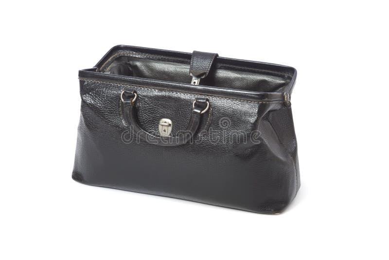 La borsa d'annata di un medico di cuoio nero aperto isolata su bianco immagini stock libere da diritti
