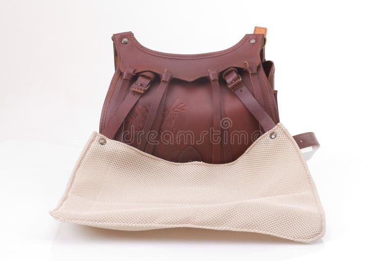 La borsa di cuoio di caccia con l'ornamento marrone con patronato su bianco ha isolato il fondo fotografie stock libere da diritti