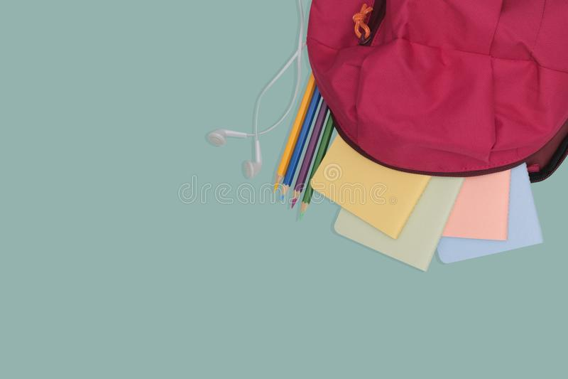 La borsa di scuola con il libro ed il colore disegnano a matita, di nuovo al concetto della scuola immagine stock libera da diritti