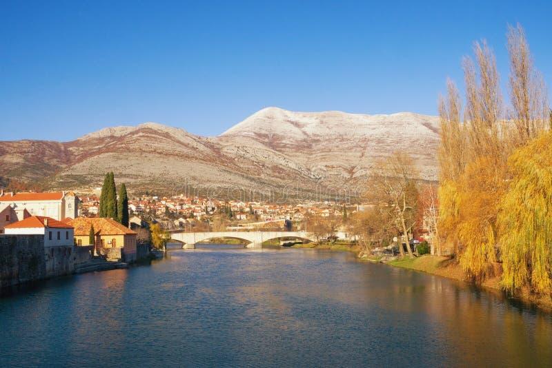 La Bosnie-Herzégovine, vue de rivière de Trebisnjica près de vieille ville de ville de Trebinje le jour ensoleillé d'hiver images libres de droits