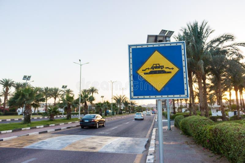 La bosse de vitesse se connectent la route ensoleillée en Egypte image libre de droits