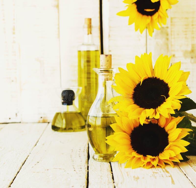 La botella con aceite florece el girasol, foco selectivo imagenes de archivo