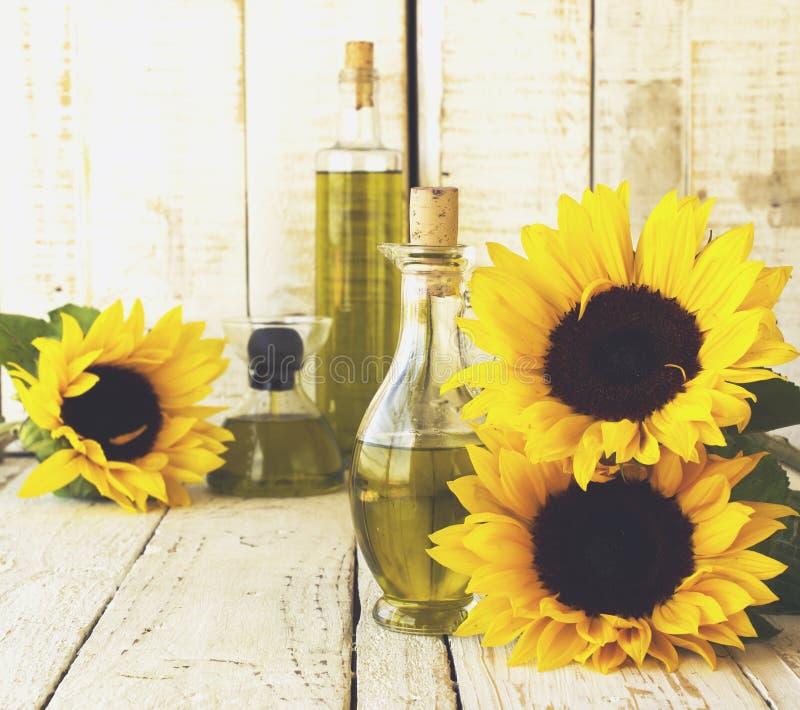 La botella con aceite florece el girasol, foco selectivo fotos de archivo libres de regalías