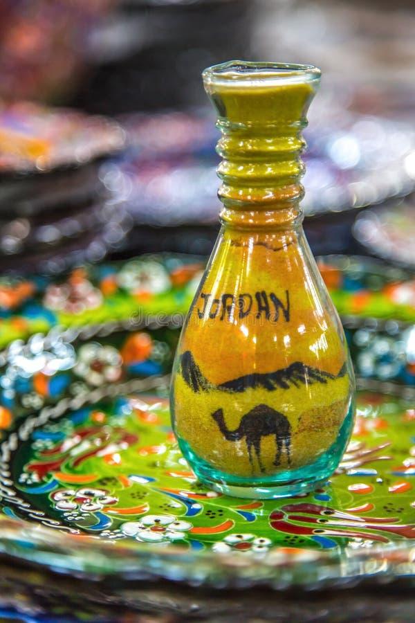 La botella con la imagen de la arena se pinta fotografía de archivo libre de regalías