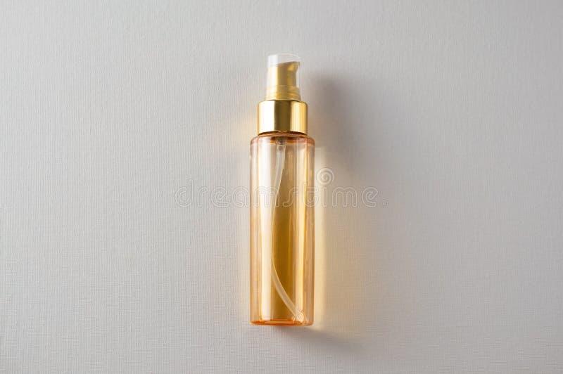 La botella de aceite cosmético amarillo por encima imagen de archivo libre de regalías