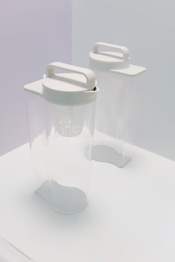 La botella de agua de acrílico con fácil-a-lleva el casquillo plástico que se coloca encendido fotos de archivo libres de regalías