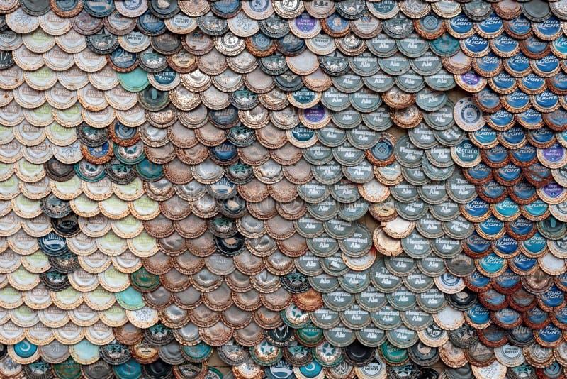 La botella de cerveza capsula el fondo imagen de archivo