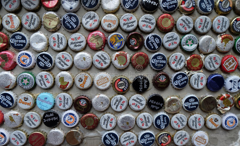 La botella de cerveza capsula la colección imagenes de archivo