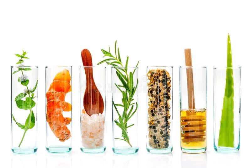 La botella de cristal de cuidado y de exfoliantes corporales hechos en casa de piel con natu imágenes de archivo libres de regalías