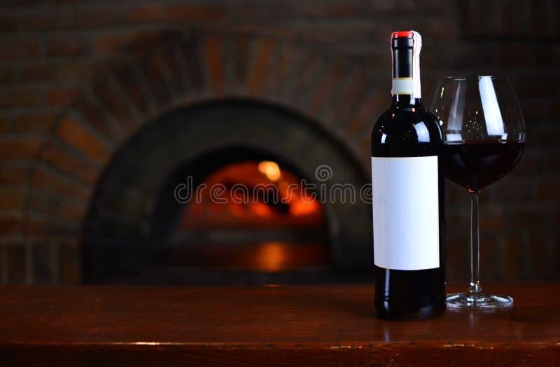 La botella de un vino rojo con la etiqueta blanca vacía imágenes de archivo libres de regalías