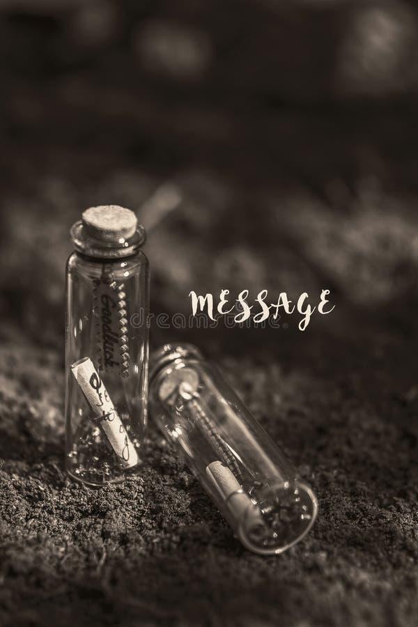 la botella del mensaje en la tierra contiene el mensaje fotografía de archivo