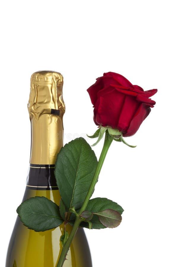 La botella y el rojo de Champán se levantaron imagen de archivo libre de regalías