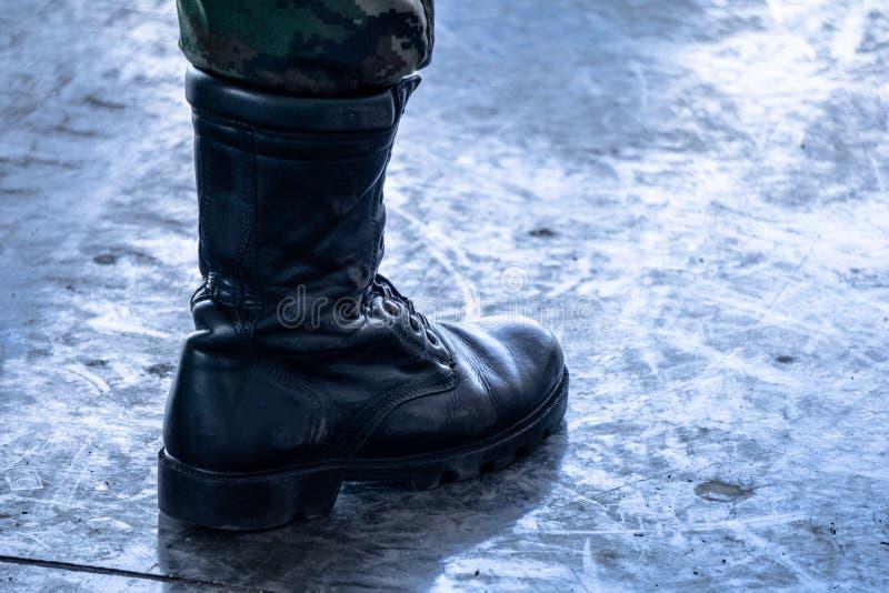 La botte militaire d'armée/marine avec le camouflage de jungle halète dans la botte supérieure photographie stock