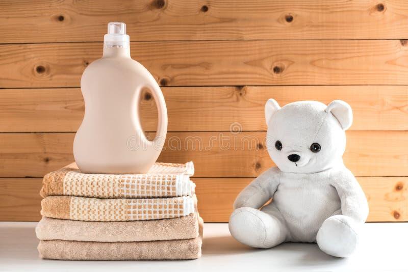 La bottiglia del detersivo vicino ad un mucchio degli asciugamani fotografie stock libere da diritti