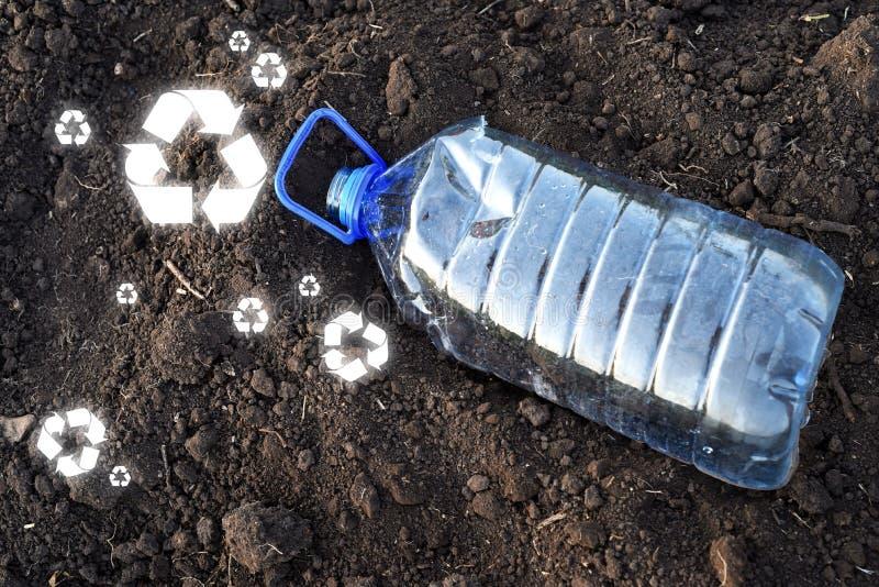 La bottiglia di plastica della bevanda dell'ANIMALE DOMESTICO vuoto e ricicla i segni fotografie stock libere da diritti