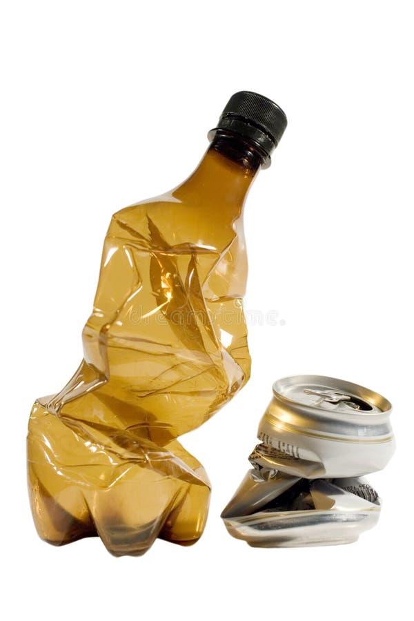 La bottiglia di plastica sgualcita e può fotografie stock
