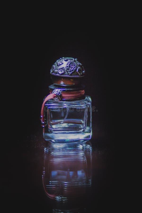 La bottiglia di profumo è rimasto fotografia stock