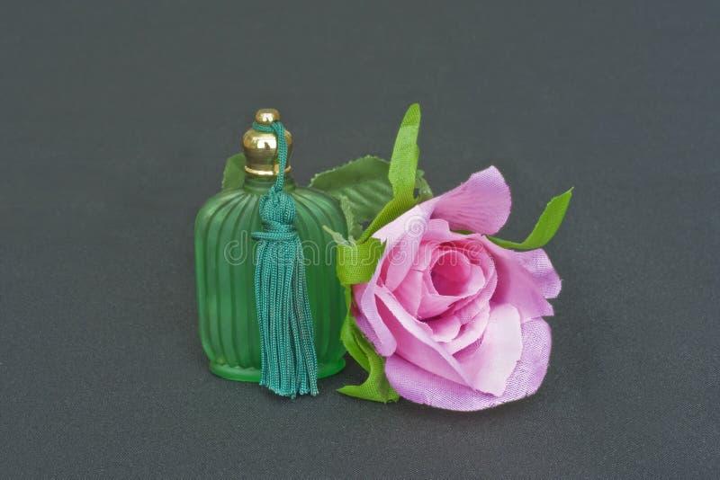La bottiglia di profumo ed è aumentato fotografia stock libera da diritti