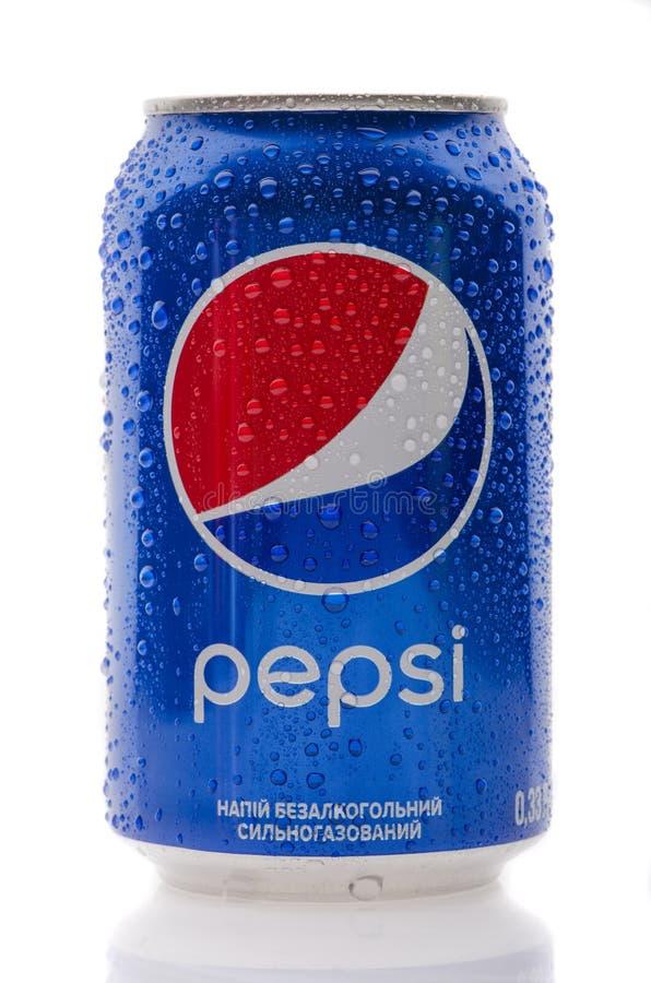 La bottiglia di una bevanda di pepsi-cola su un bianco ha isolato il fondo Può essere la u fotografie stock libere da diritti
