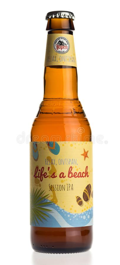 La bottiglia di vita di Jopen è una birra della spiaggia su bianco fotografie stock libere da diritti