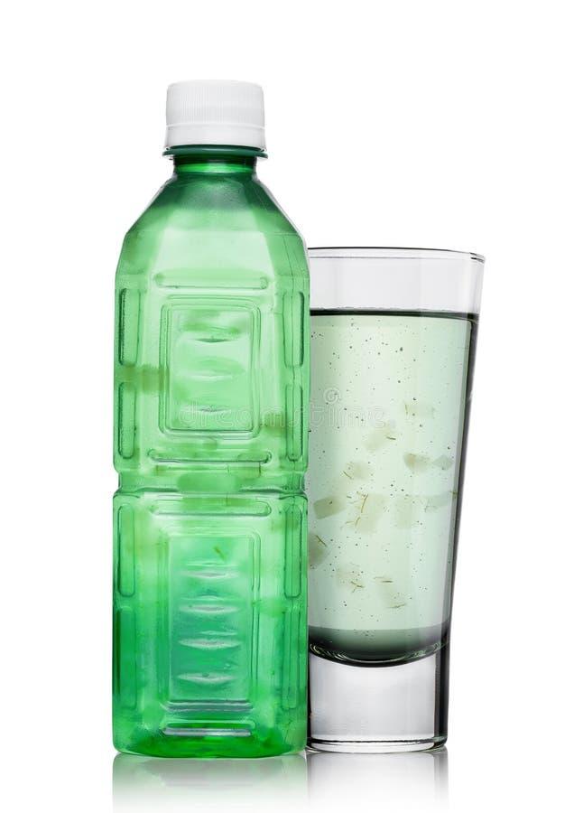 La bottiglia ed il vetro di salute di vera dell'aloe bevono fotografia stock libera da diritti