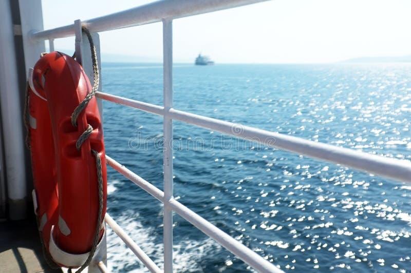 La bouée de sauvetage a accroché sur les barres latérales du bateau photos libres de droits
