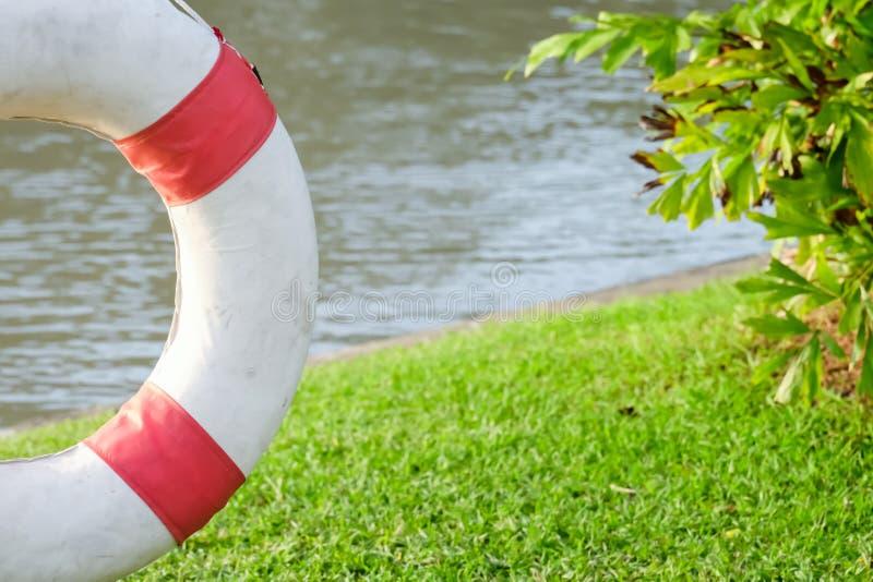 La bouée de sauvetage accroche sur l'acier, matériel de sauvetage pour le lac photos libres de droits