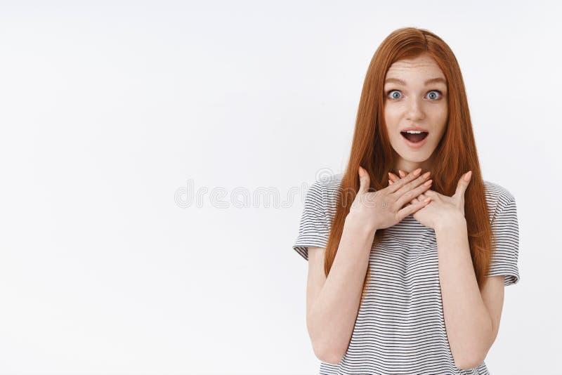 La bouche ouverte haletante étonnée d'heureux jeunes de gingembre yeux bleus tendres avec du charme de fille a stupéfié le regard images libres de droits