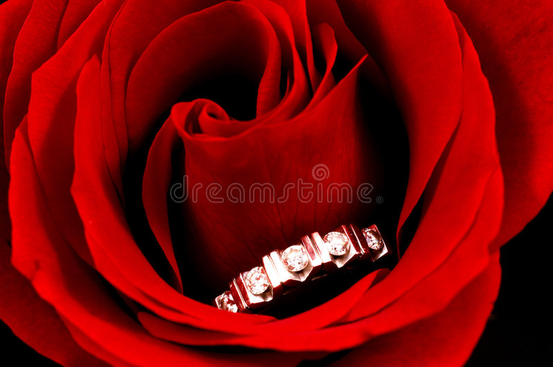 Download La Boucle De Diamant En Rouge A Monté Image stock - Image du amour, célébrez: 745565