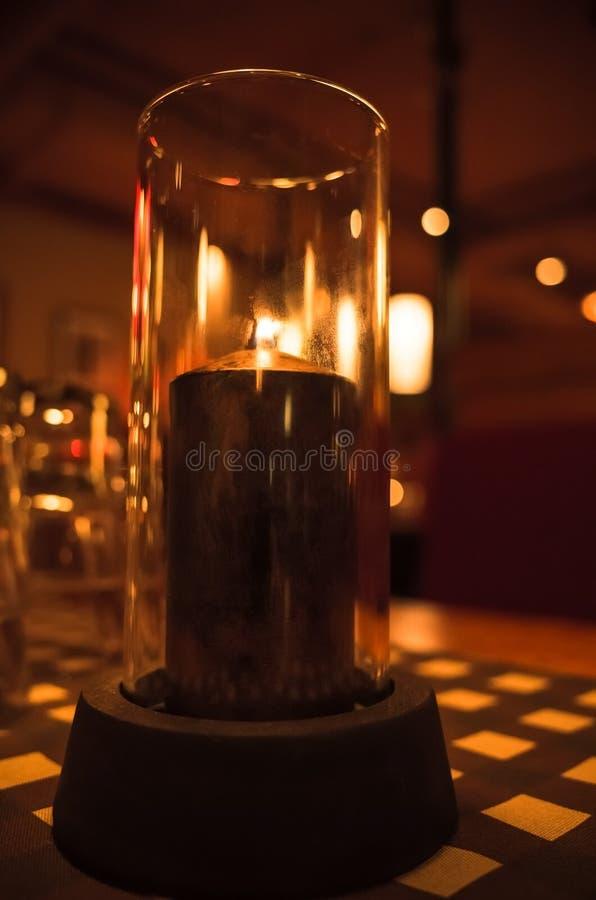 Download La Bougie Brûle Dans Le Chandelier Fait De Verre Photo stock - Image du café, vide: 77160920