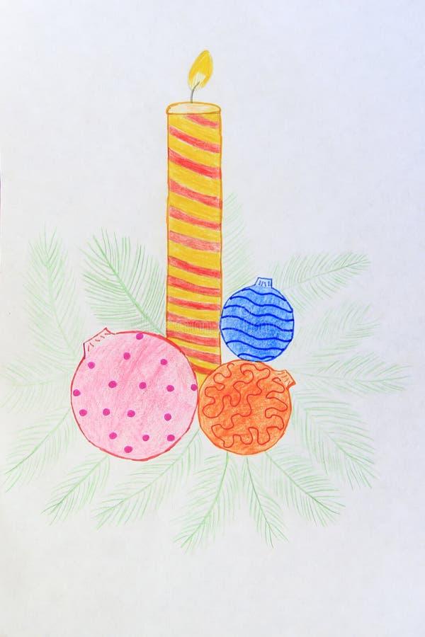 La bougie de dessin des enfants brûlant près des jouets et des branches de Noël photo libre de droits