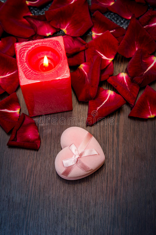 La bougie, pétale rouge a monté avec le boîte-cadeau sur la table Concept de Valentine image libre de droits