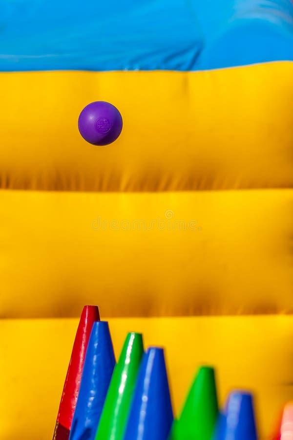 La boule équilibrée dans le ciel photos stock