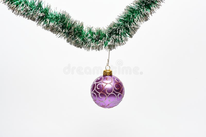 La boule avec des ornements accrochent sur miroiter la tresse verte Décoration pour le coup d'arbre de Noël sur la tresse Décorat photos libres de droits