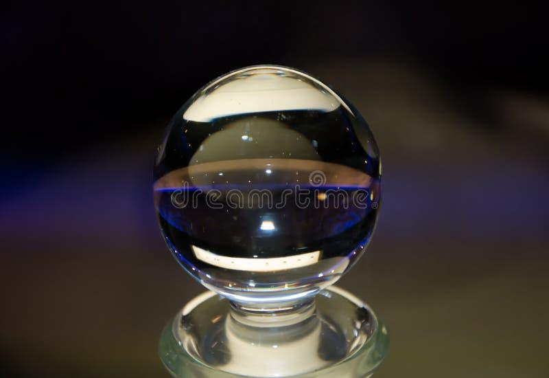 La boule de cristal, avec des réflexions en couleurs, admet le texte images libres de droits
