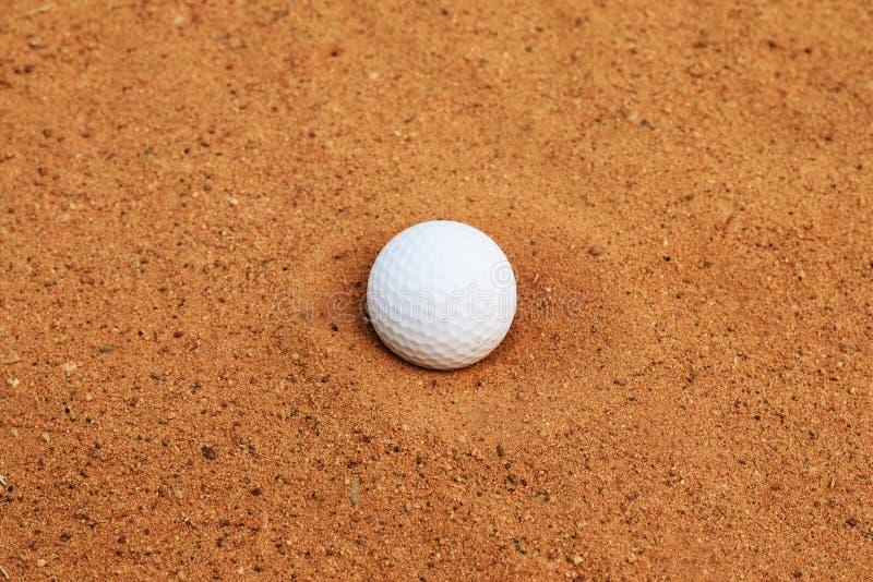 La boule de golf tombe dans le puits de sable photographie stock