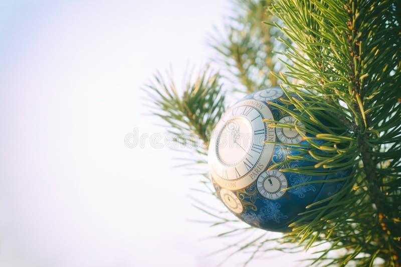 La boule en verre, décoration de Noël avec une horloge sur un arbre de Noël, traitant sous une photo de vintage, texture s'est aj image libre de droits