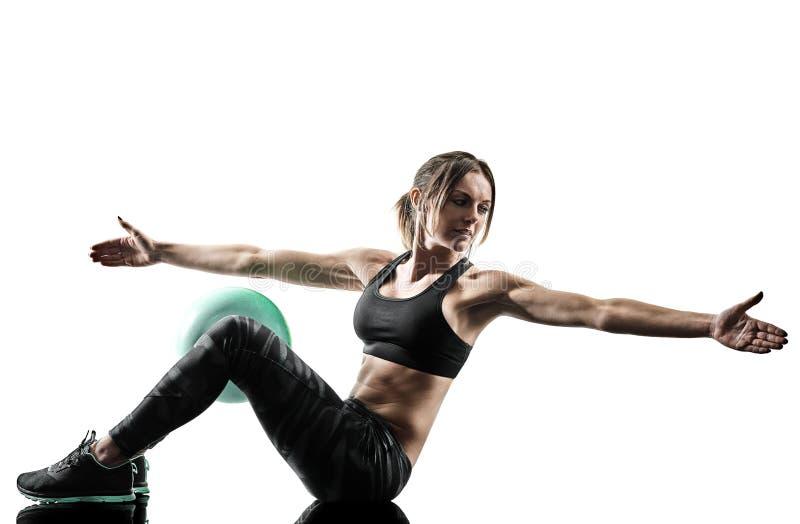 La boule molle de forme physique de pilates de femme exerce la silhouette d'isolement photographie stock libre de droits