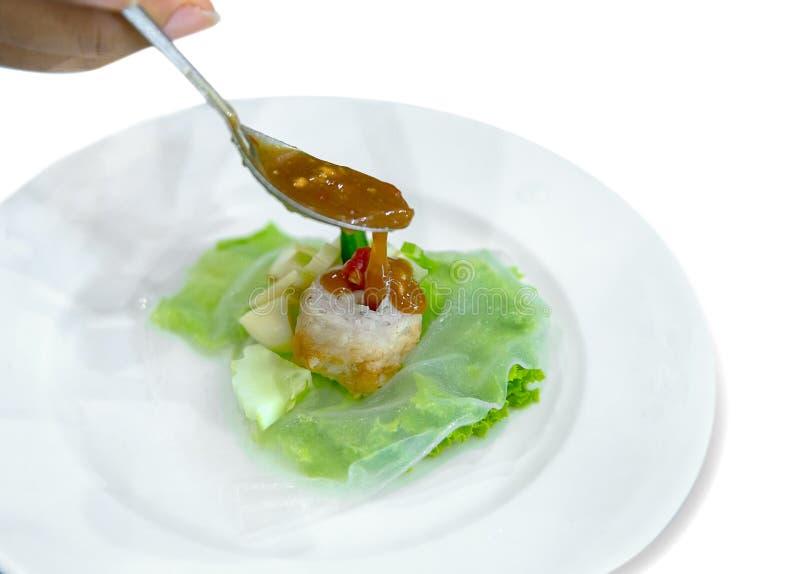 La boulette de viande enveloppe l'appel Nam Neung servi avec la nourriture v?g?tale et vietnamienne ? l'arri?re-plan blanc, foyer photographie stock libre de droits