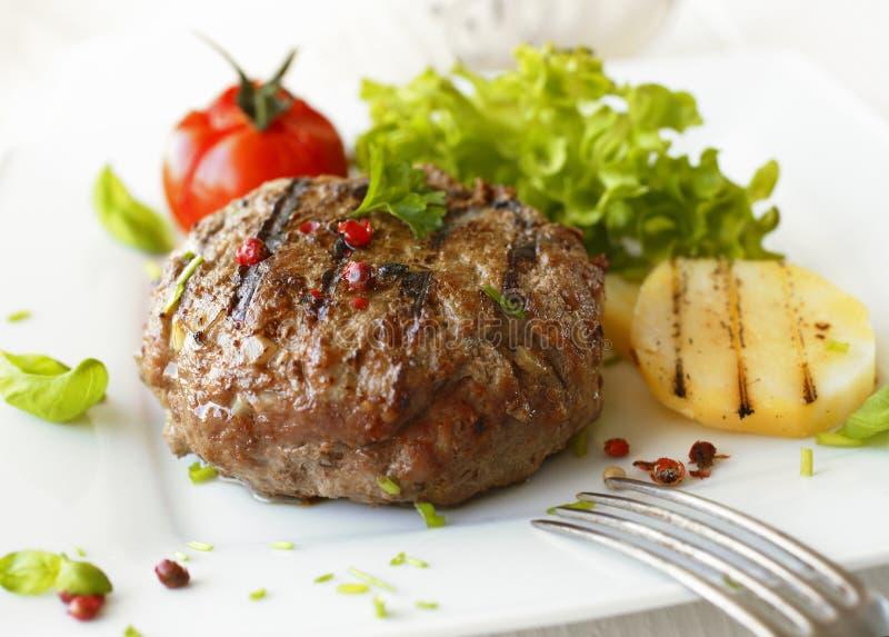 Boulette de viande grillée délicieuse de boeuf photographie stock libre de droits