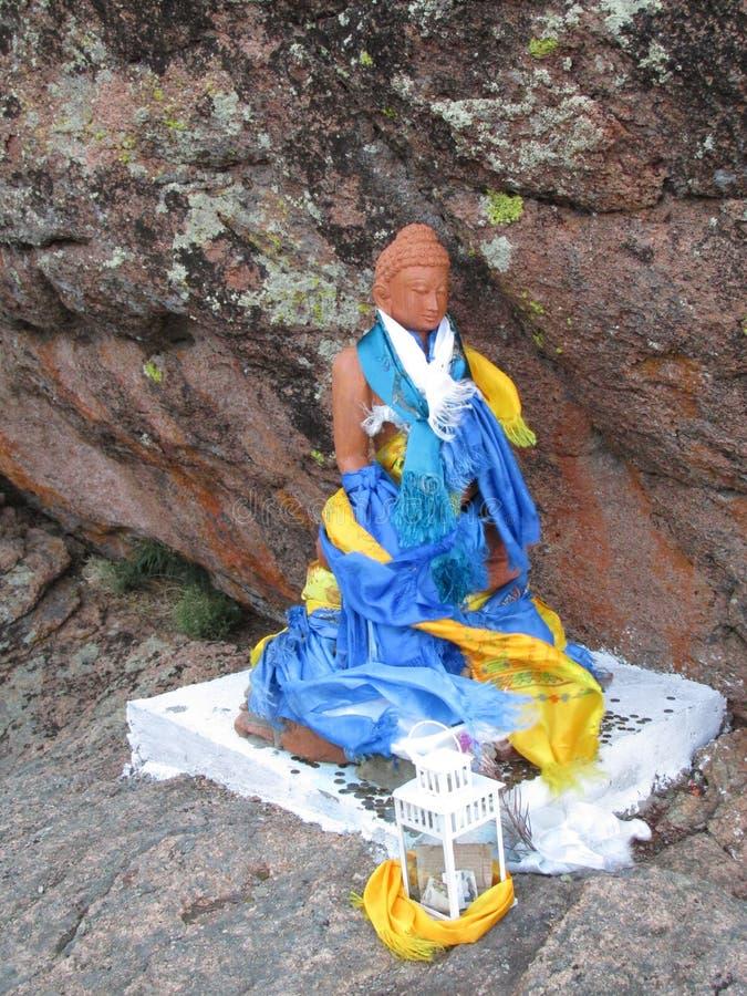 La Bouriatie Une petite statue de Bouddha dans la roche photographie stock libre de droits