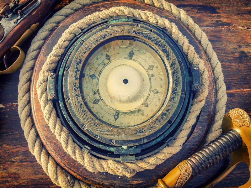 La boussole du bateau antique Fond de pirate image libre de droits