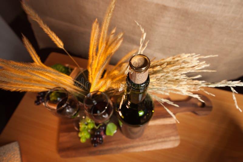 La bouteille de vigne prête pour la boisson avec le fruit de raisin avec l'anneau s'engagent photos libres de droits