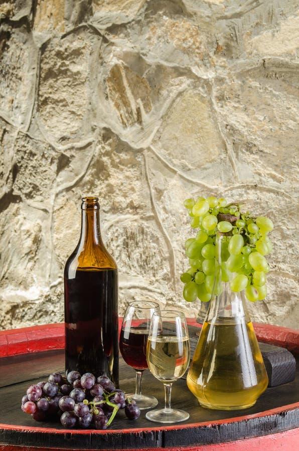 la bouteille de vin rouge et blanc avec des verres et des raisins photo stock image du moisson. Black Bedroom Furniture Sets. Home Design Ideas