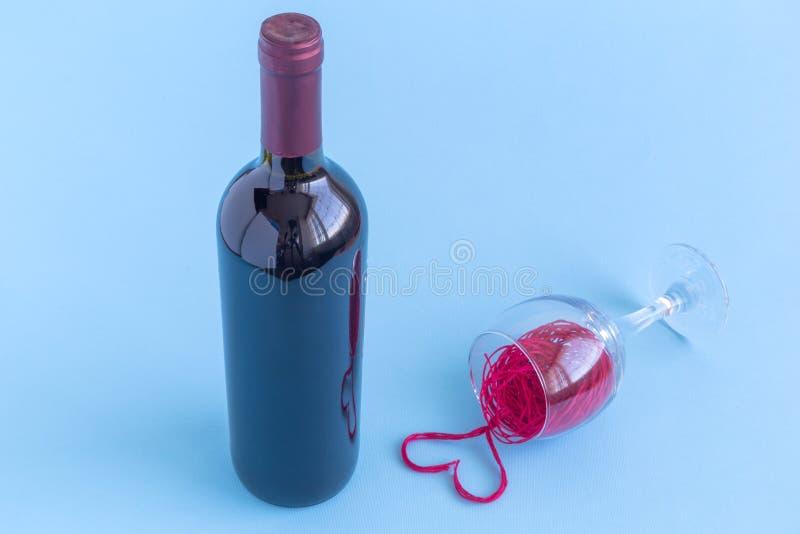 La bouteille et le vin rouge ont débordé le concept minimalistic de verre à vin photo libre de droits