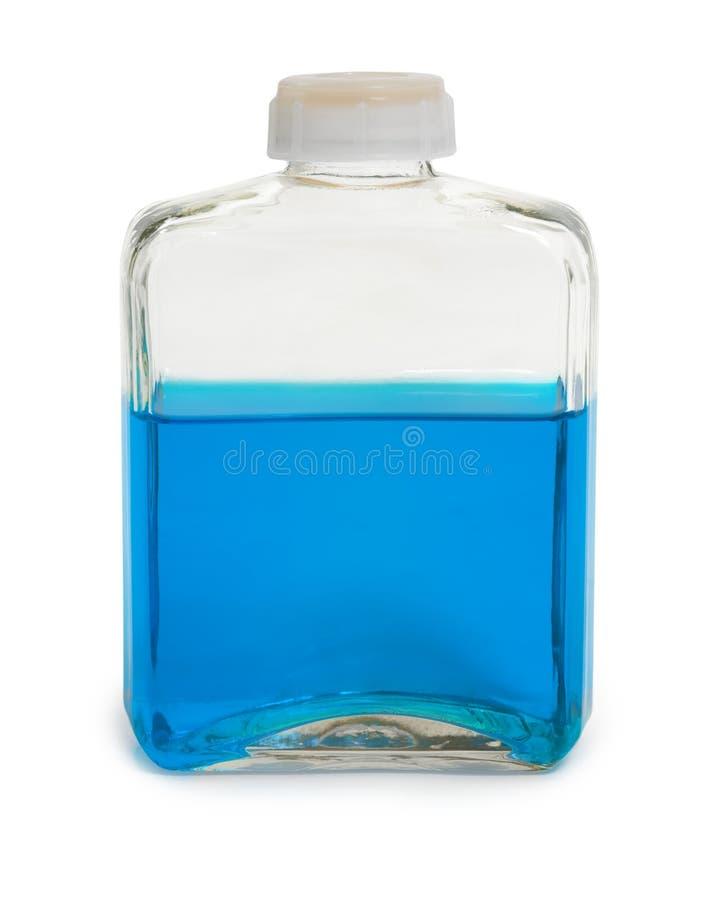 La bouteille a rempli de solution chimique bleue photos stock