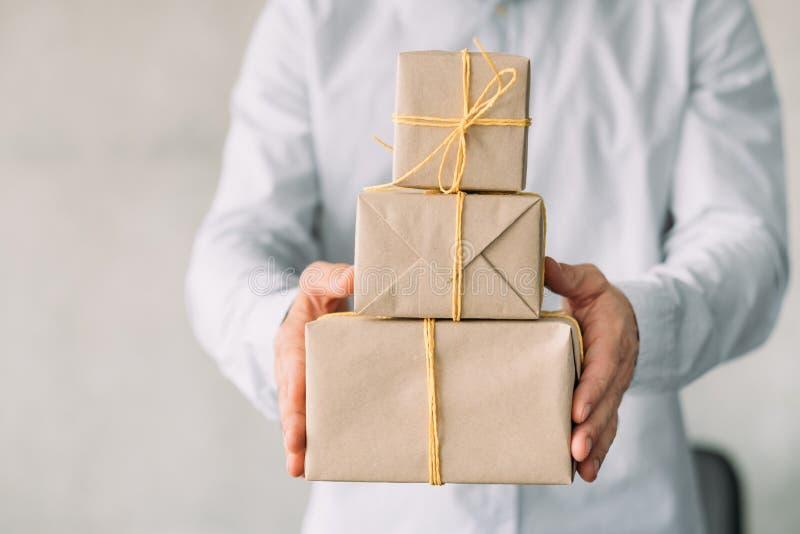 La boutique de cadeaux en ligne de partie d'entreprise a enveloppé des boîtes photo libre de droits