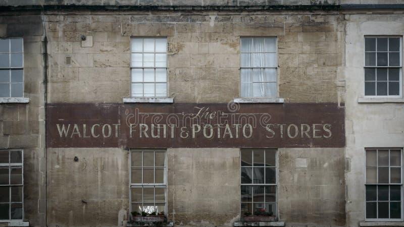 La boutique peinte par vintage se connectent un mur photos stock