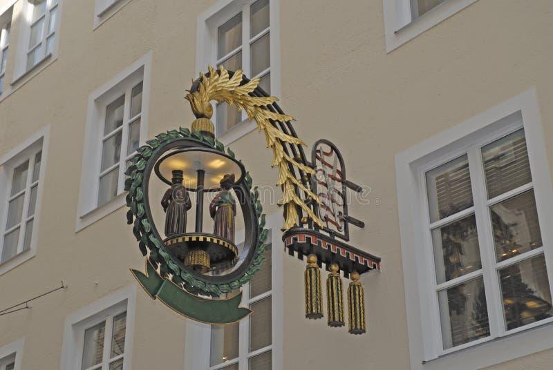 La boutique se connectent la rue d'achats de Getriedgasse à Salzbourg en Autriche photographie stock libre de droits