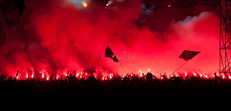 La brûlure de ventilateurs épanouit au concert de rock images libres de droits